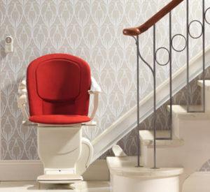 Treppenlift mit rotem Polster