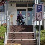 Rollstuhlfahrer vor nicht überwindbarer Treppe