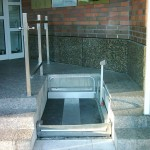 Rollstuhllift vor dem Eingang einer Sparkasse