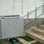 Rollstuhllift mit Plattform im Außenbereich