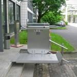 Rollstuhllift vor Sparkasse