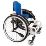 Blauer Rollstuhl vor weißem Hintergrund